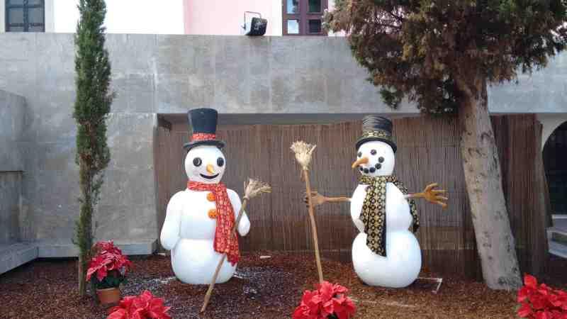 De sneeuwmachine staat op het muurtje