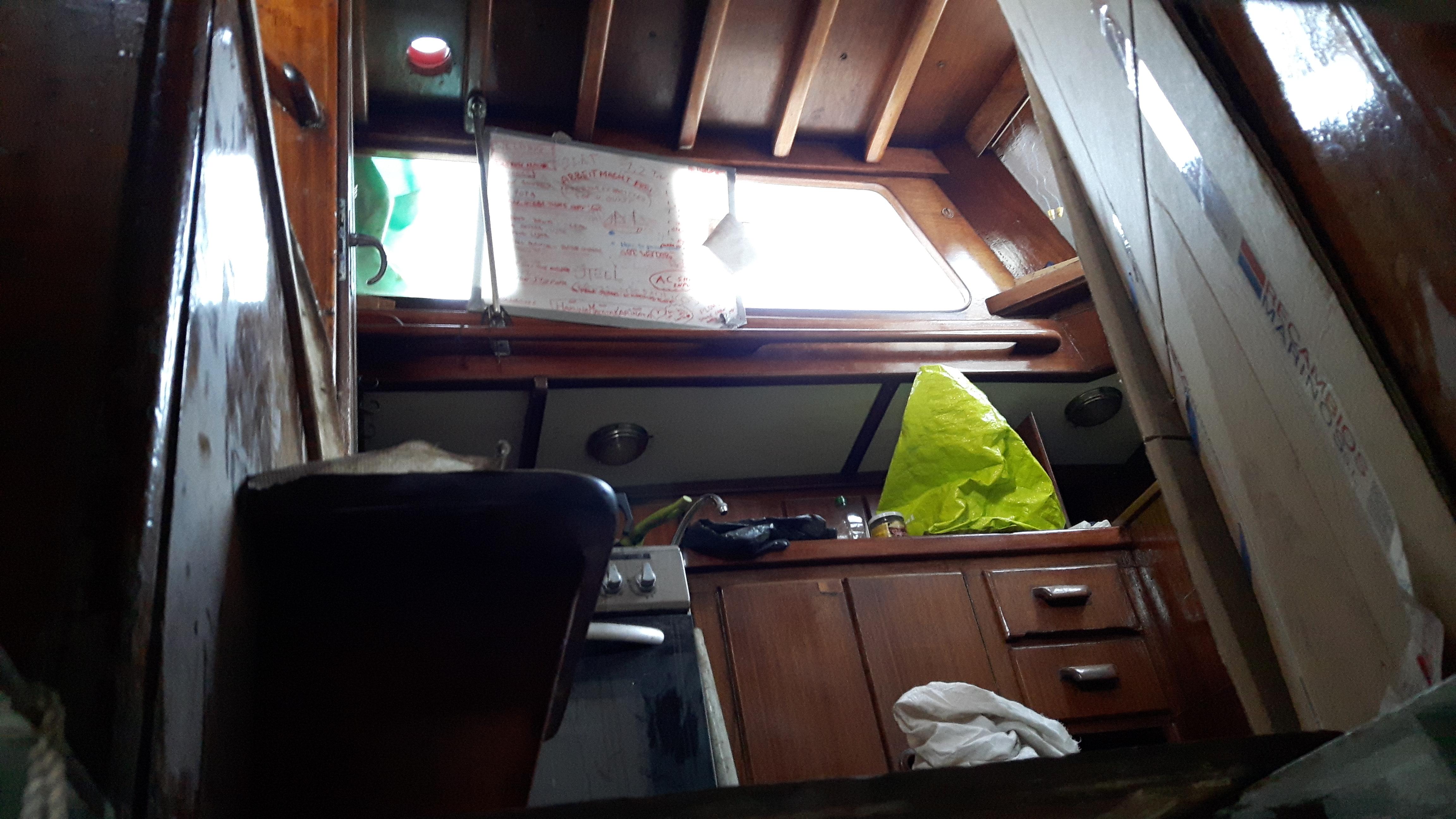 """Foto gemaakt door Melinda dóór een van de enorme gaten van de stalen scheepsromp van een 100 jaar oude duitse S-Spant op de werf die geen plek voor ons had. Schitterend geklonken schip, stokverrot. Op het bord is de lezen """"Arbeit macht Frei"""""""